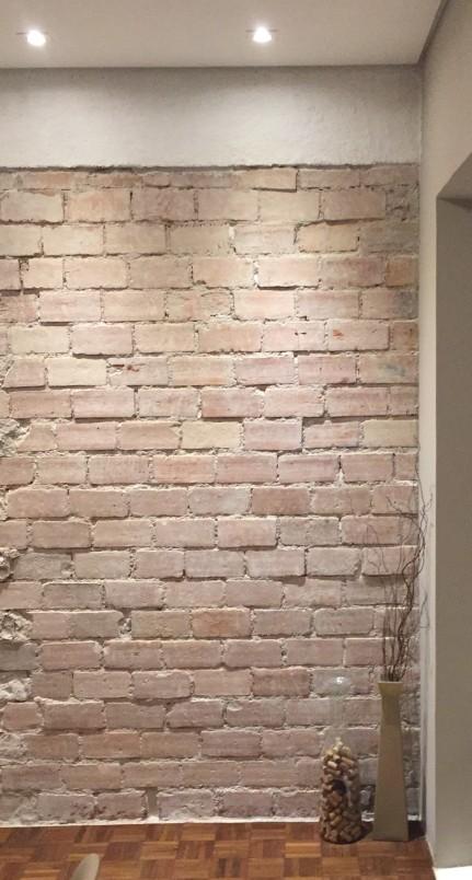 Parede da obra lá de cima. A viga foi pintada temporariamente de branco para depois receber moldura de madeira.
